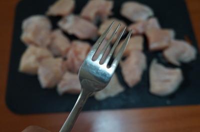 筋を切って、切れ目を入れたらフォークで刺して麺棒でたたく