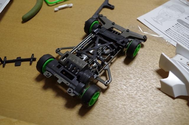 モーターのないミニ四駆。手でタイヤを動かすと、動く