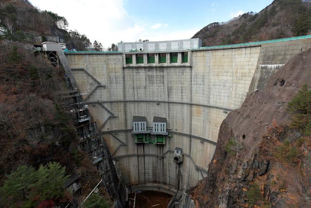 日本のダムの中では比率的に縦長に見える川俣ダム