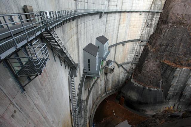ダムの外側についた細い通路がキャットウォーク