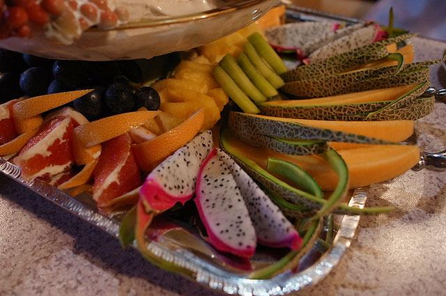 メロン、ドラゴンフルーツといった高級フルーツが溢れんばかりに盛られている。