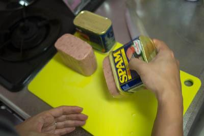 余談ですが、ポークってどうやったらうまく缶から出せるんですかね?