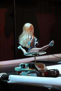 ポールダンスロボ(アニポールきょうこ)。ポールダンスの危険さを攻撃に転化したロボット。思った以上に人形が高速回転するので怖い。