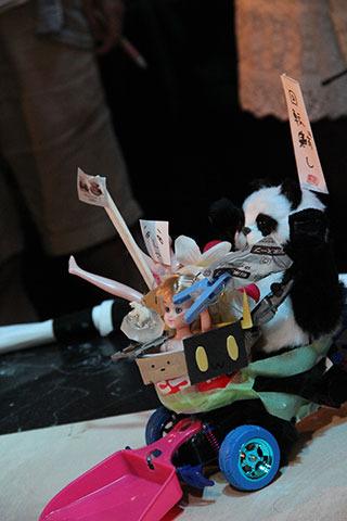 エントリー登録時はラジコン+ちりとり+パンダのかわいい姿だった突撃パンダさん。シンプルなつくりがネットで酷評を受けた結果、暗黒面に堕ち、他の出場ロボットのパーツを吸収した(パクった)悪魔合体ロボに。