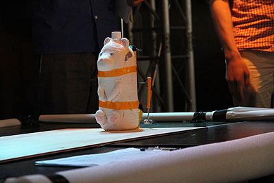 素熊(しろくま)(MAKE部部員A)。世界初の飲めるロボットというコンセプトで製作されたが、もはやいつ入れた水なのか忘れてしまい、飲むには相当な勇気が必要。