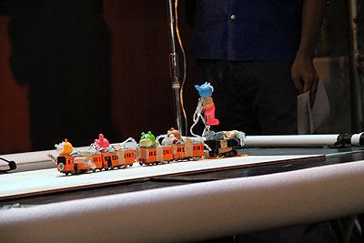 ヘボ201系(赤ソファ)。きかんしゃトーマスの現代的解釈。線路はいいの?という質問に「スタビライザーをつけたから大丈夫」と答えたので見てみるとダンボールの切れ端がテープで雑に貼ってあった