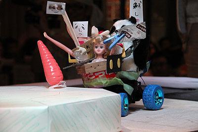 しばし膠着状態がつづく。突撃パンダさん、正面の人形の下にあるのはかめたろう1号の顔を吸収した(パクった)パーツ。