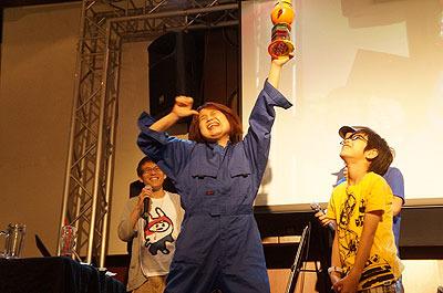 すずえりさんには小学生(ライター西村さんの子供)が空き箱で作ったトロフィーが贈呈された