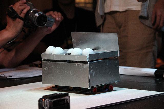ボールをたくさん搭載したこのロボットは「たまてばこ」