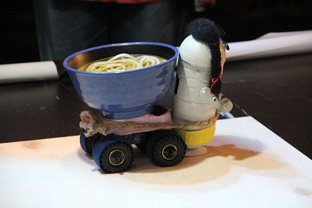 うどんを運ぶロボット「うどんを運んでいる」