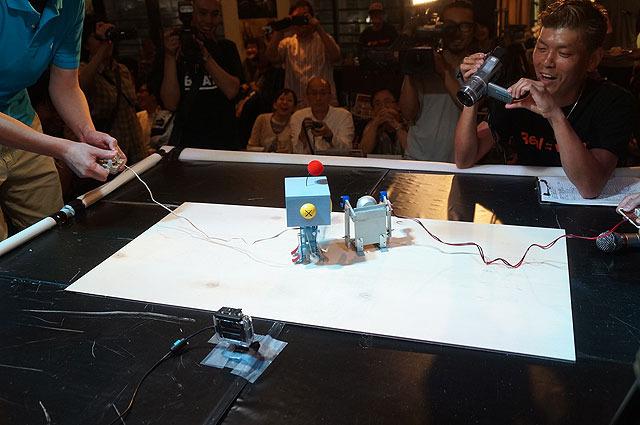 Tsukubot3号の進路が逸れ、サイドからクーちゃん零号機のパンチをまともに浴びる角度に(クーちゃん零号機のパンチが速すぎて見えない!)