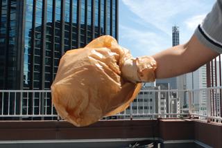 1.球を投げる方の手にビニール袋をかぶせ、手首をガムテープで固定する