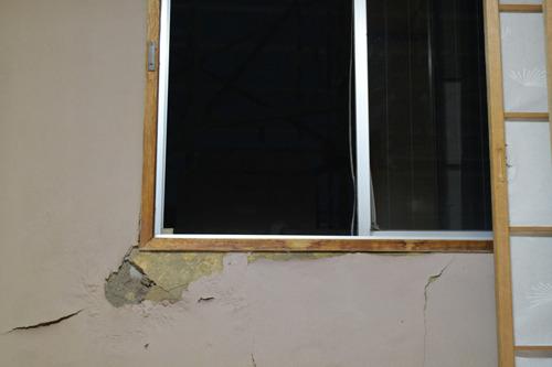 見えていたのは大胆に割れたホテルの壁。ひどい。