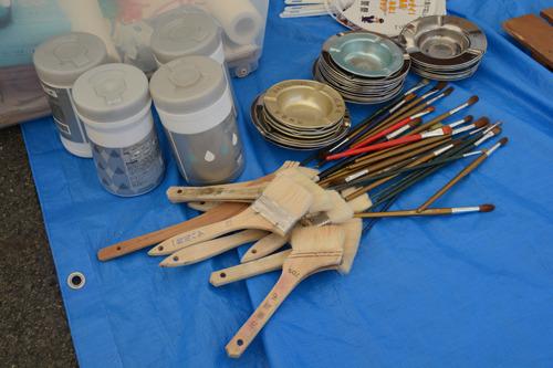 お道具たち。灰皿の山は絵の具皿に利用をします。