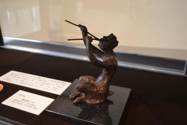 読書感想文コンクールの入賞者に贈られるパンのブロンズ像