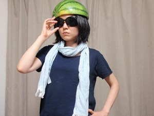 スイカ帽。避暑というより、これから現場で働く人みたい。