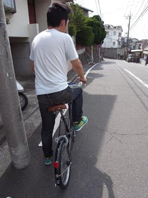 誰かを自転車の後ろに乗せると道路交通法違反となるため、検証は一人で行った