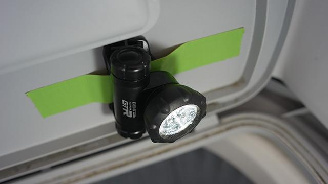 ライトはフタから見下ろす形に。