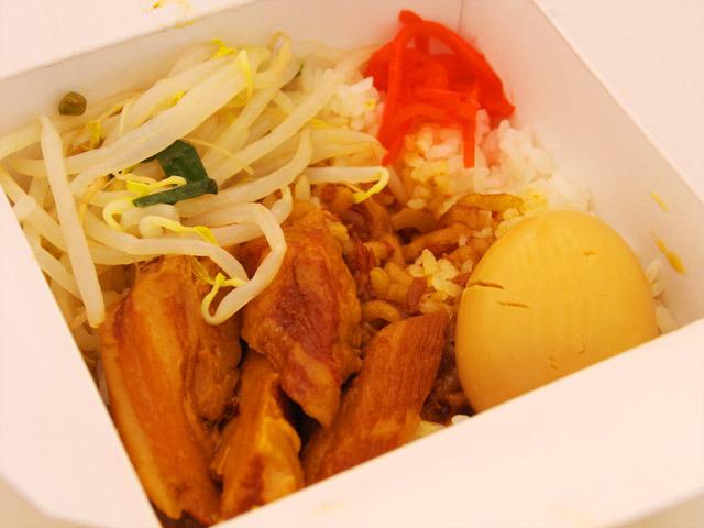 肉のせ魯肉飯というだけあって、魯肉飯の上に豚バラをフワフワに煮たものが乗っている。贅沢!