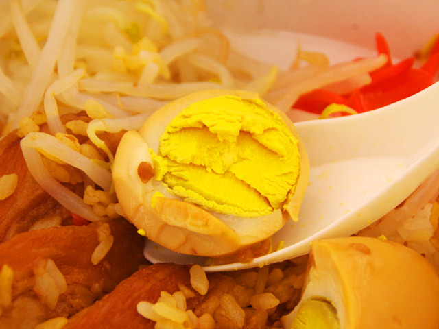 煮卵は流行りの半熟タイプではなく、ヒゲの男が作っただけあってハードボイルド(固ゆで)だぜ。
