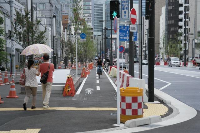 新橋側の新虎通りには自転車道もある。ここも滑らかで気もちいい。
