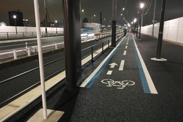 ちゃんと自転車専用レーンがある。できたばかりなので道も滑らか。