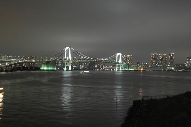欄干に寄ればこの夜景が見える