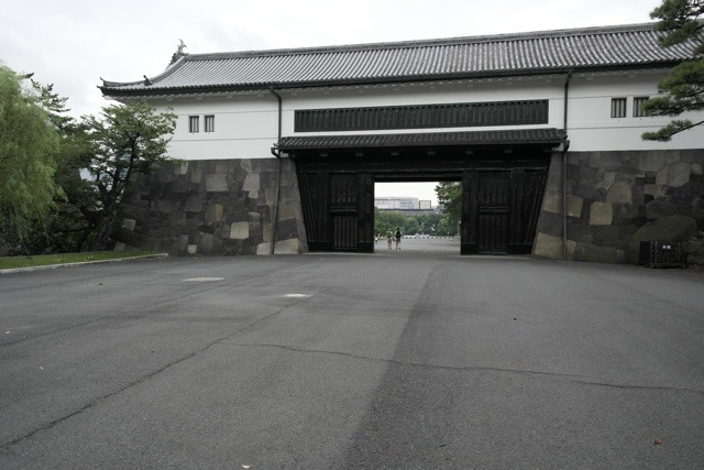 桜田門に入ると、すぐ第二の門で視線がいったん遮られる。