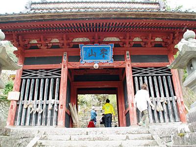 坂に沿って建つかっこいい山寺です。