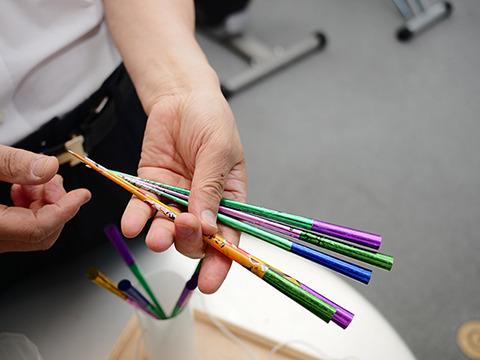 吹き矢の矢は手作り「これは納豆の包装紙でできてる。3パック包んでるやつ」厳しい時代を生きてきてこんなおもしろジャンルにも使えるものは使うのだろう