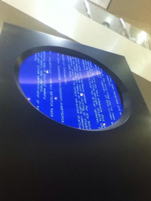 ショッピングモールにてブルースクリーン。円形ディスプレイ、モニタは縦で使用していた様子。(akasaka さん)