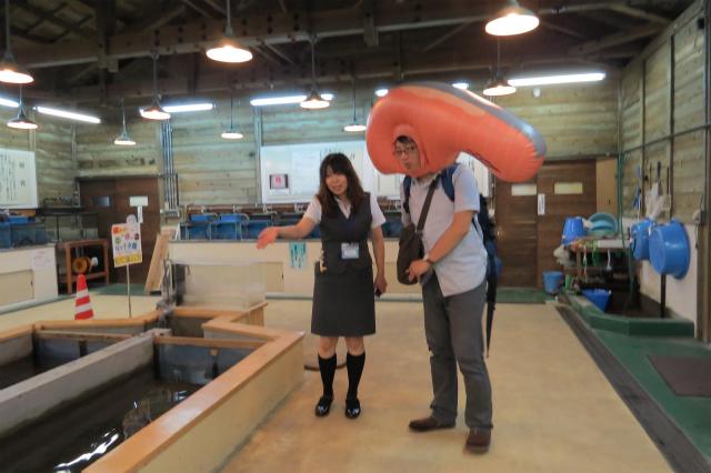 自らの出生のひみつをさぐるKIRIMIちゃん.、写真左はイヨボヤ会館の富樫さん