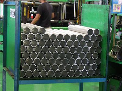 金属バットの材料はアルミ合金。加工前のアルミ製パイプはこんな感じ