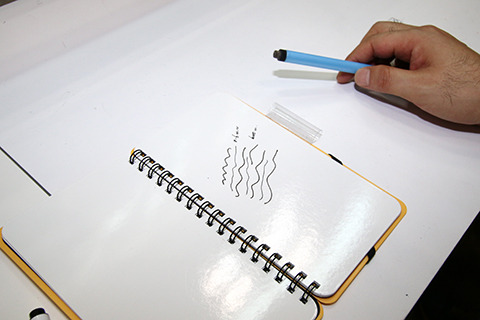 従来マーカーと極細マーカーで交互に線を引いた図。細い。