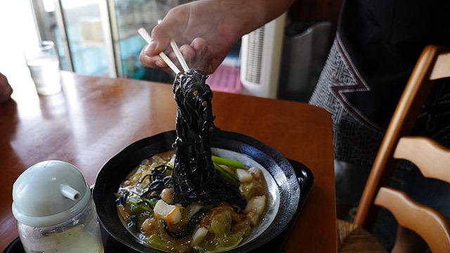 麺はもちろん黒い!