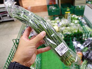 地物の野菜売り場で見つけた「ささげ」。これ、編めないかな。