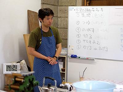 「本日の講師を務めさせていただきますアマチュア製麺家の玉置です」 という挨拶の写真なのだが、緊張で全然笑っていなかった。