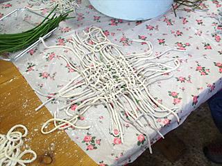 編み物の素人でも、手を動かしてさえいれば形になっていく。さすが自家製麺である。