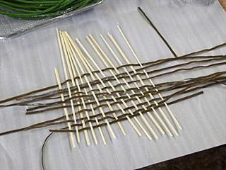 氷見うどんの歴史に敬意を表して昆布と編む。乾麺でも一方向だけならけっこう折れない。