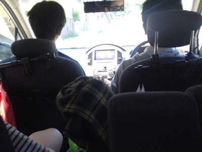 わたしが運転を代わってしばらくすると、「頼むから運転させてください」と敬語で頭を下げてきた友人伊藤さんの長男。それほどわたしの運転には定評がある。(わるいイミで)
