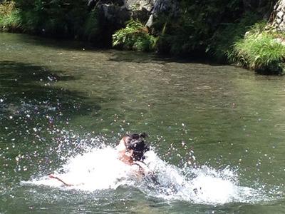 到着後すぐにやることは変わらない。飛び込みと川下りだ。 ザッバーン!