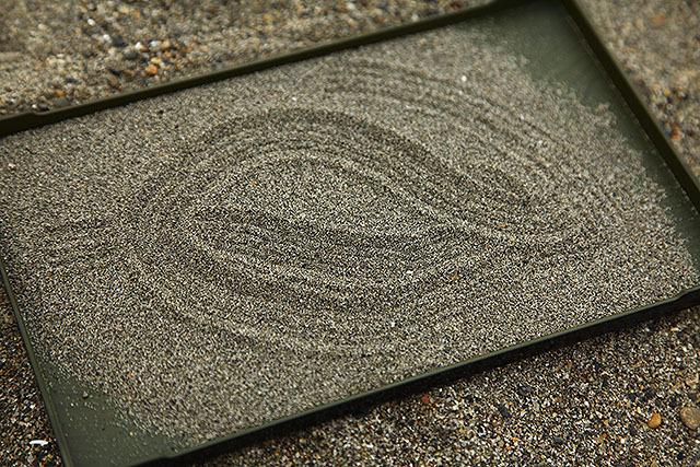 お盆に浅めに砂を敷きましょう。