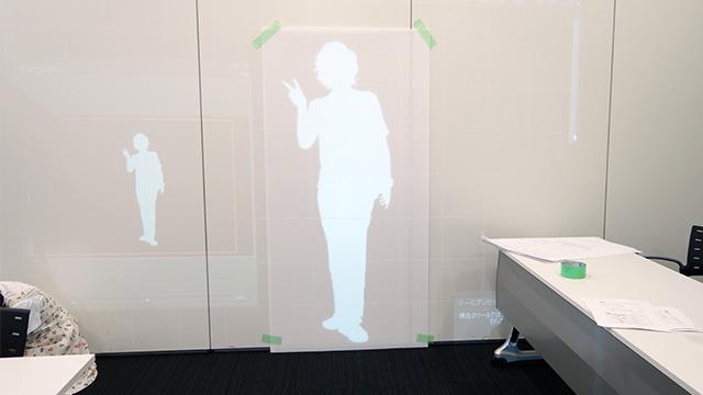 材料となる板に影をプロジェクターで投影する