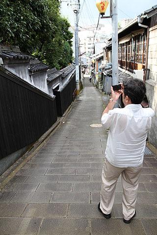 子供の頃からずっと長崎で暮らしている川崎さんは、 「なんだか寂しくなっちゃうんですよねぇ…。町並みが変わっていくのを見るのは。」 と、言いながら撮られていた。