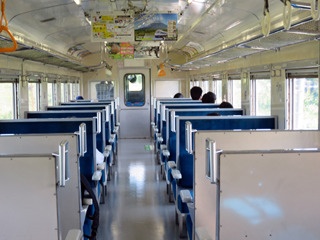 乗客は数人の地元民と乗り鉄っぽい人だけ