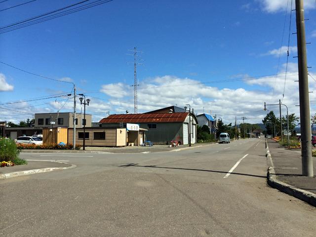 駅前通りにはミニ図書館とLPガス屋さんだけがあった