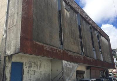 2階部分には細長い窓