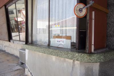オープンは午後1時~。小窓からお金を払います