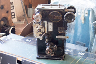 無造作に置かれた映写機。