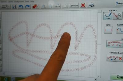 更にタッチパネルに指で描いた通りに縫うこともできる。なにこの万能ぶり……